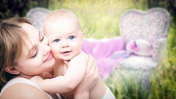 母赤ちゃんにキス.jpg